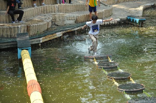 :超人气游艺桥   沈阳世博园的游艺桥区是在湖区水面上,利用自然条