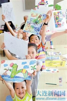 主题的暑期少年儿童绘画大赛. 有的畅想着在未来大连的美丽生活