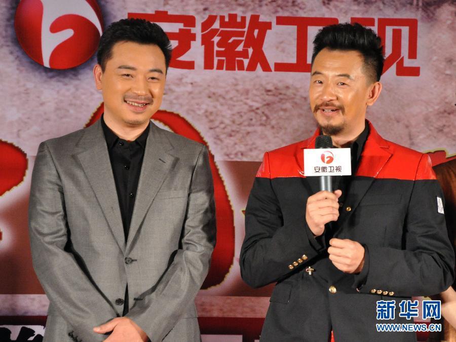 4月11日《乱世三义》主演黄海波(右)和张晞临在北京举行的...
